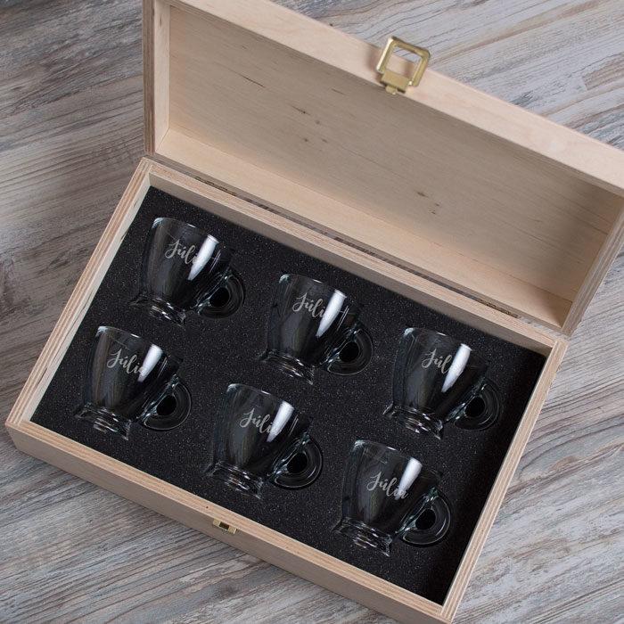 presszo-kaves-keszlet-gravirozott-uvegcseszekkel-kozepes-fadobozban